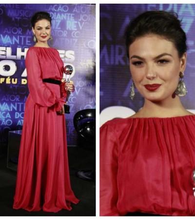 Ísis Valverde usa um austero vestido Carolina Herrera