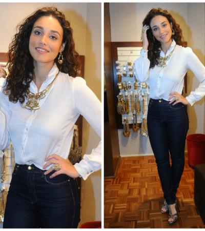 Débora Nascimento usa camisa branca Stella McCartney e joias Estela Geromini