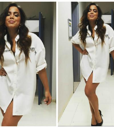 Só de camisa. Por que Anitta?