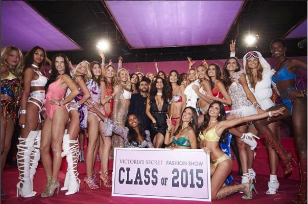 Alessandra Ambrosio e outras beldades desfilam para Victoria's Secret