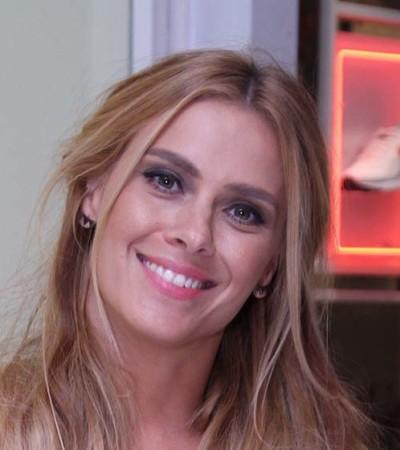Carolina Dieckmann de vestido floral Ateen de R$ 1.399