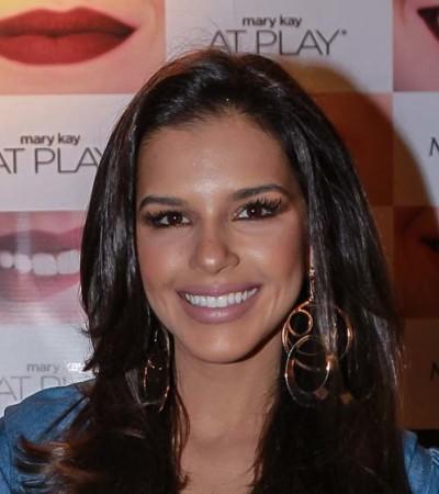 Mariana Rios aposta em camisa jeans com babados