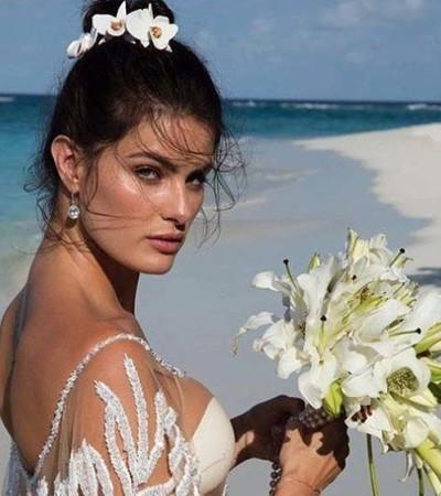Isabeli Fontana se casa com vestido transparente Água de Coco