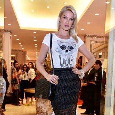 Ana Hickmann usa bolsa Chanel de R$ 25 mil em inauguração de loja