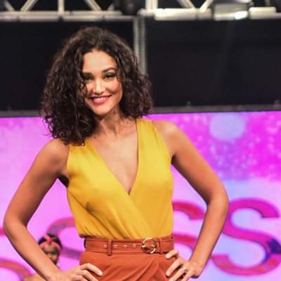 Débora Nascimento e Monique Alfradique desfilam em evento