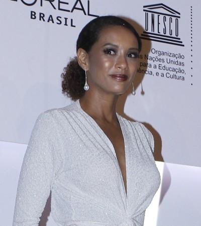 Taís Araújo de macacão brilhante Carol Bassi
