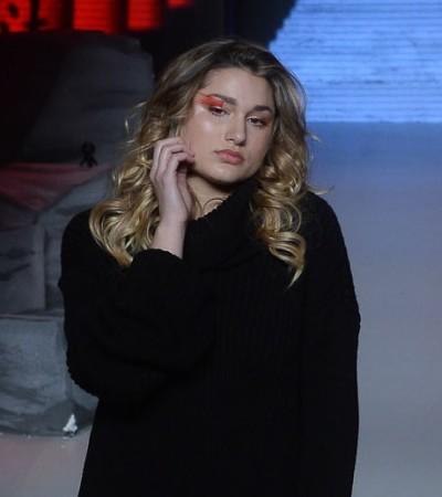Sasha e Di Ferrero desfilam para a Coca-Cola Jeans, com Xuxa na plateia