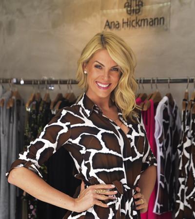 Ana Hickmann usa vestido com fenda em evento de sua marca