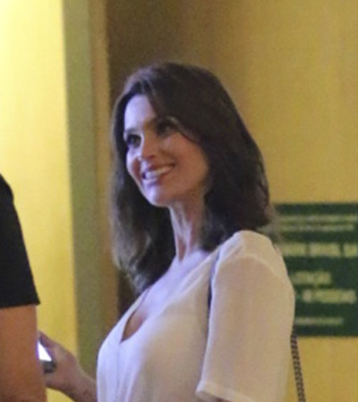 Flávia Alessandra usa saia de couro Cris Barros de R$ 2,7 mil