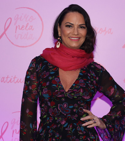 Luiza Brunet veste Reinaldo Lourenço em evento do Outubro Rosa