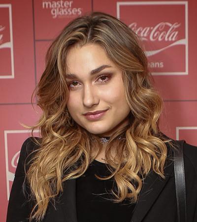 Sasha usa blazer e shorts em festa da Coca-Cola Jeans