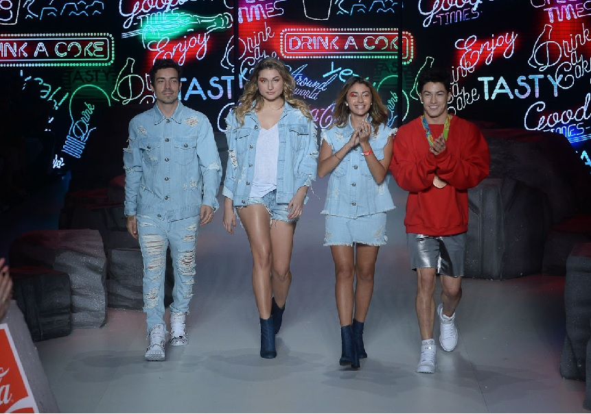 7d693f9a18 Sasha e Di Ferrero desfilam para a Coca-Cola Jeans