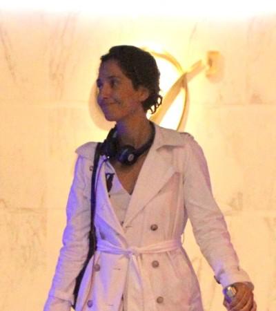 Camila Pitanga de trench-coat e vestido: inspire-se