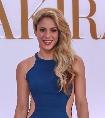 Shakira aposta em vestido Stella McCartney que afina a silhueta