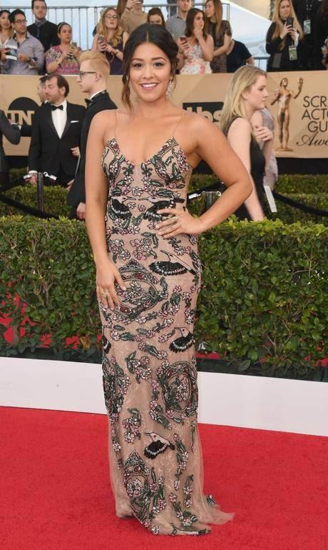 Gina Rodriguez usa Patrícia Bonaldi no SAG Awards