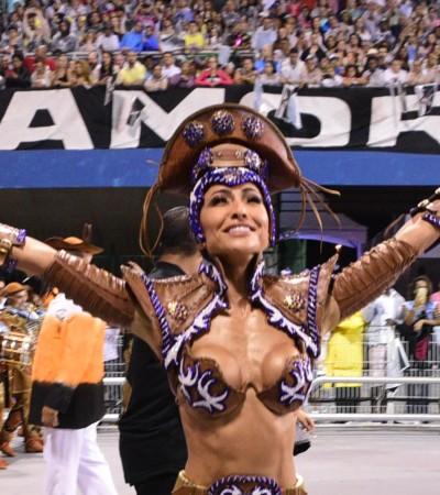 Sabrina Sato brilha em desfile mesmo sem parte da fantasia