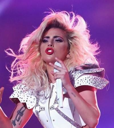 Lady Gaga veste looks Versace no intervalo do Super Bowl