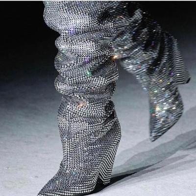 Botas-desejo de YSL: Rihanna já usa o acessório desfilado em Paris