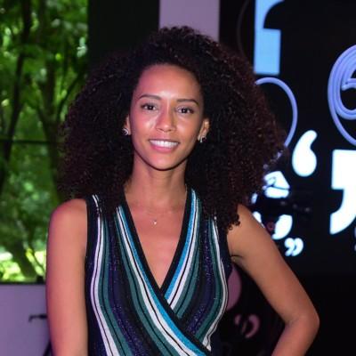 Taís Araújo acerta com vestido envelope de listras