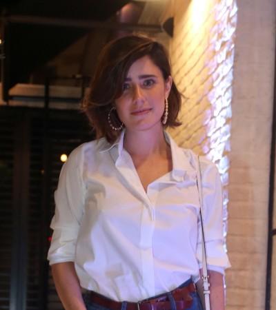 Fernanda Vasconcellos e mais famosas apostam em jeans com blusa branca