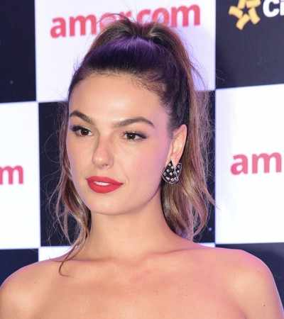 Monocromia marca looks de Isis Valverde no lançamento do filme 'Amor.com'