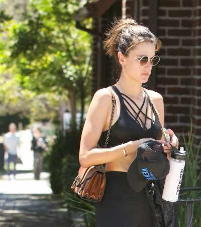 Alessandra Ambrosio repete bolsa de R$ 15 mil em 5 looks ecléticos