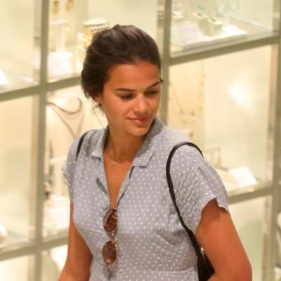 Bruna Marquezine combina vestido com tênis de R$ 170