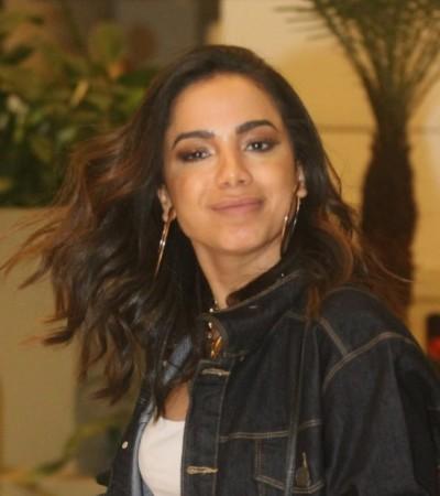Anitta repete calça de show em shopping com bolsa de R$ 20 mil