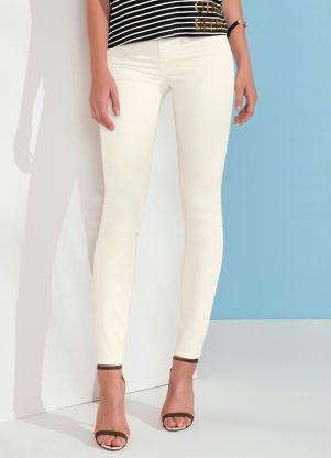 235b543316c77 Inspire-se  Ana Hickmann combina calça branca e estampa