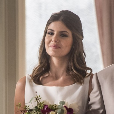 Camila Queiroz usa vestido de noiva discreto em 'Pega Pega'