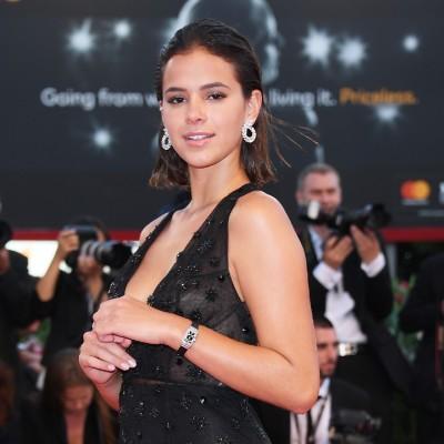 Luxo: Bruna Marquezine usa relógio de mais de R$ 1 milhão