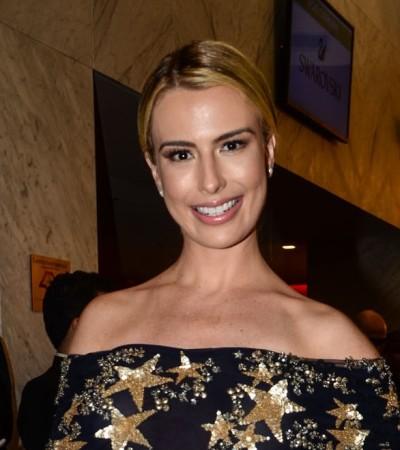 Fernanda Keulla veste longo estrelado e sensual de R$ 18 mil