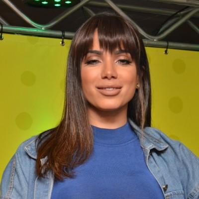 Novo visual: Anitta aposta em franja