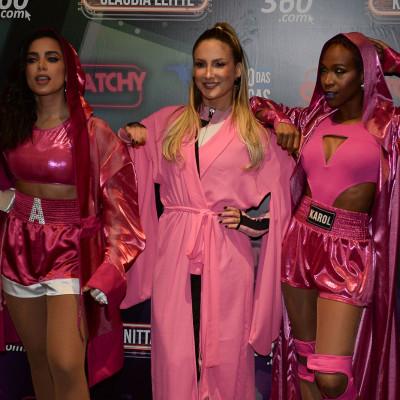 De rosa, Anitta sobe no ringue com Claudia Leitte e Karol Conka