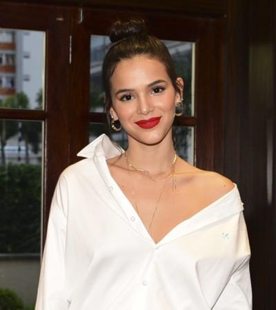 Bruna Marquezine confere ar descolado à camisa branca