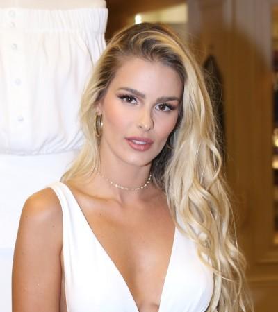 Yasmin Brunet veste look branco sensual de R$ 4 mil