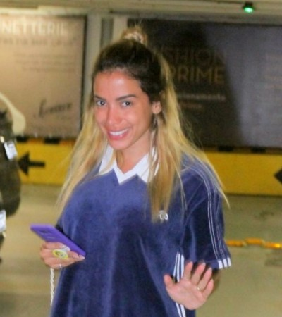 De cara lavada, Anitta usa tênis de R$ 320 e bolsa de R$ 27 mil