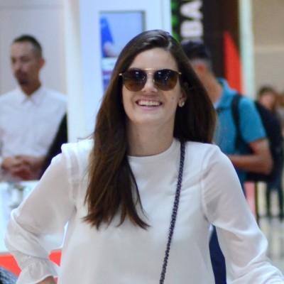 Camila Queiroz e Camila Pitanga acertam nos looks de viagem