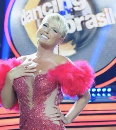 "Com plumas, Xuxa usa look de R$ 12,9 mil no ""Dancing Brasil"""