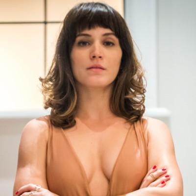 Novela: Bianca Bin veste body nude decotado de R$ 328