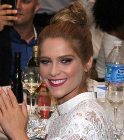 Isabella Santoni usa transparência em show de Roberto Carlos