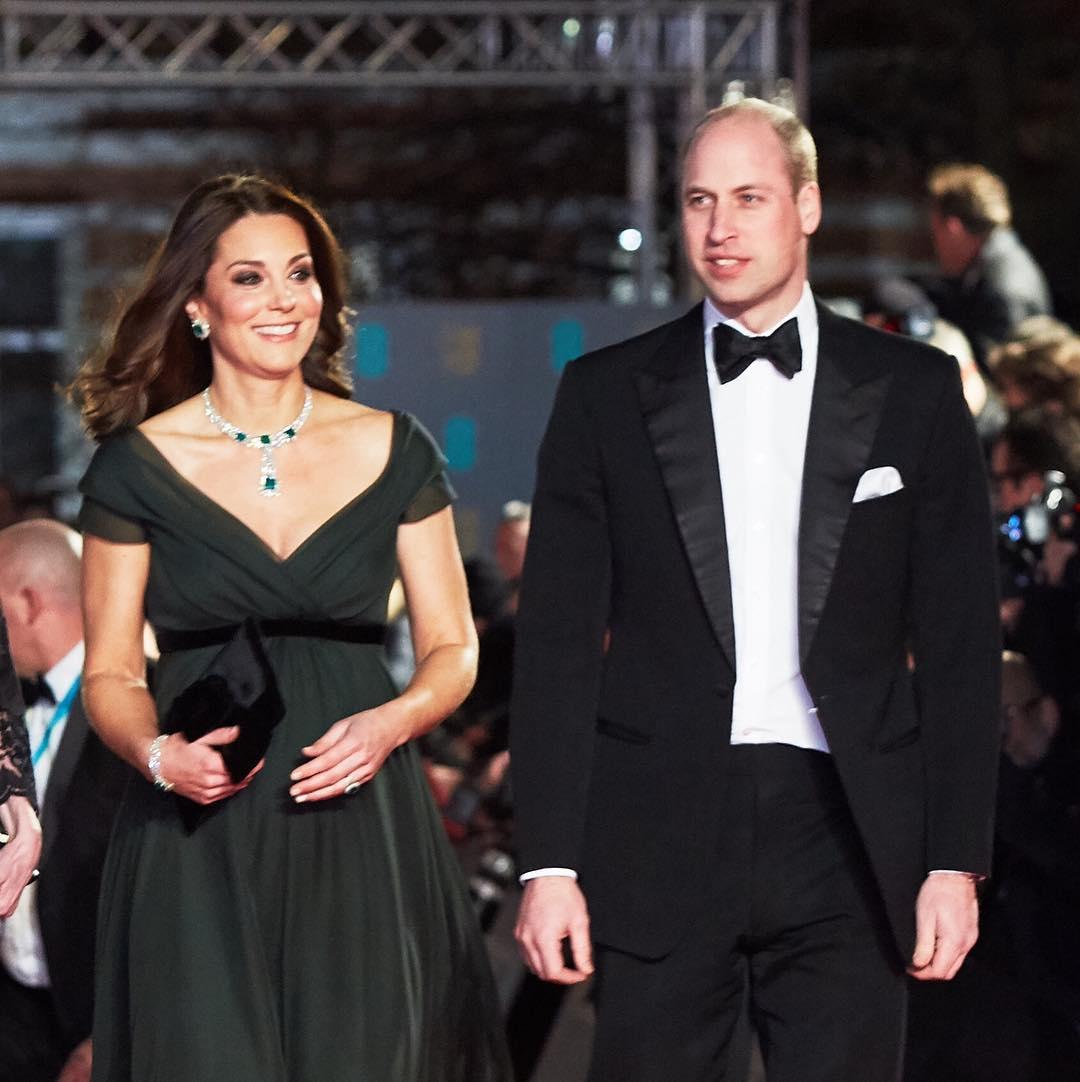 Kate ao lado de William: vestido verde (Foto: Reprodução)