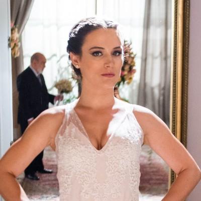 Novela: Clara diz 'não' a Renato no altar com look de renda