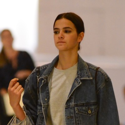 Bruna Marquezine acerta com look jeans e acessórios grifados