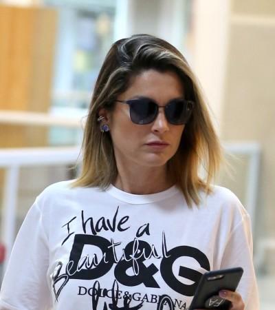 Flávia Alessandra combina look casual com mule de R$ 3,8 mil