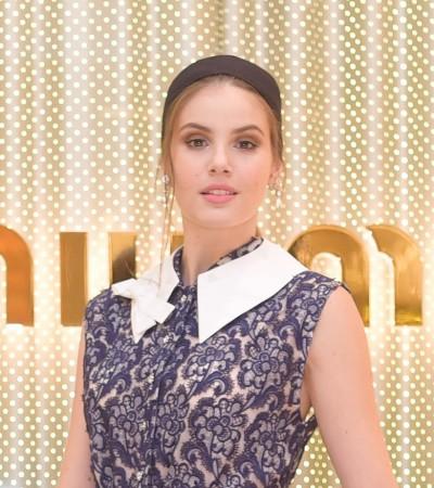 Camila Queiroz usa vestido floral de mais de R$ 27 mil