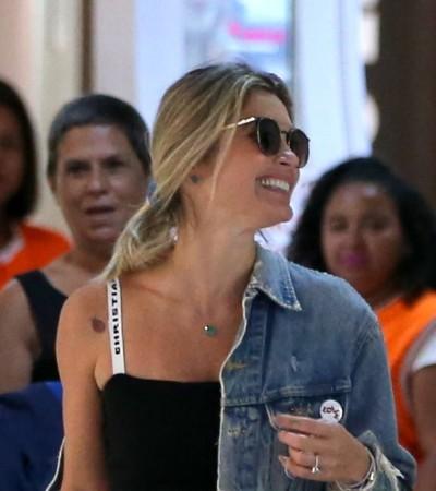 Flávia Alessandra incrementa bolsa com chaveiro  de R$ 2,6 mil