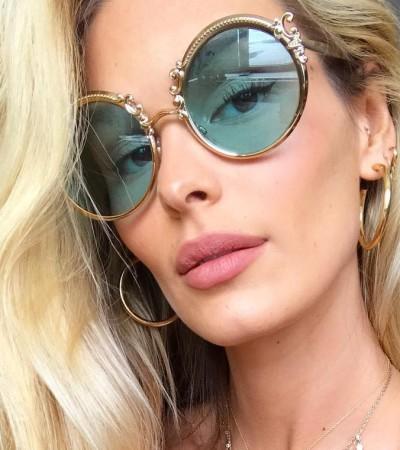 Yasmin Brunet aposta em óculos de sol redondos de R$ 2,7 mil
