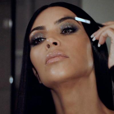 Kim Kardashian usa corretivo como primer de cílios