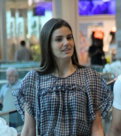 Camila Queiroz usa bolsa de R$ 4,8 mil para sair com Klebber